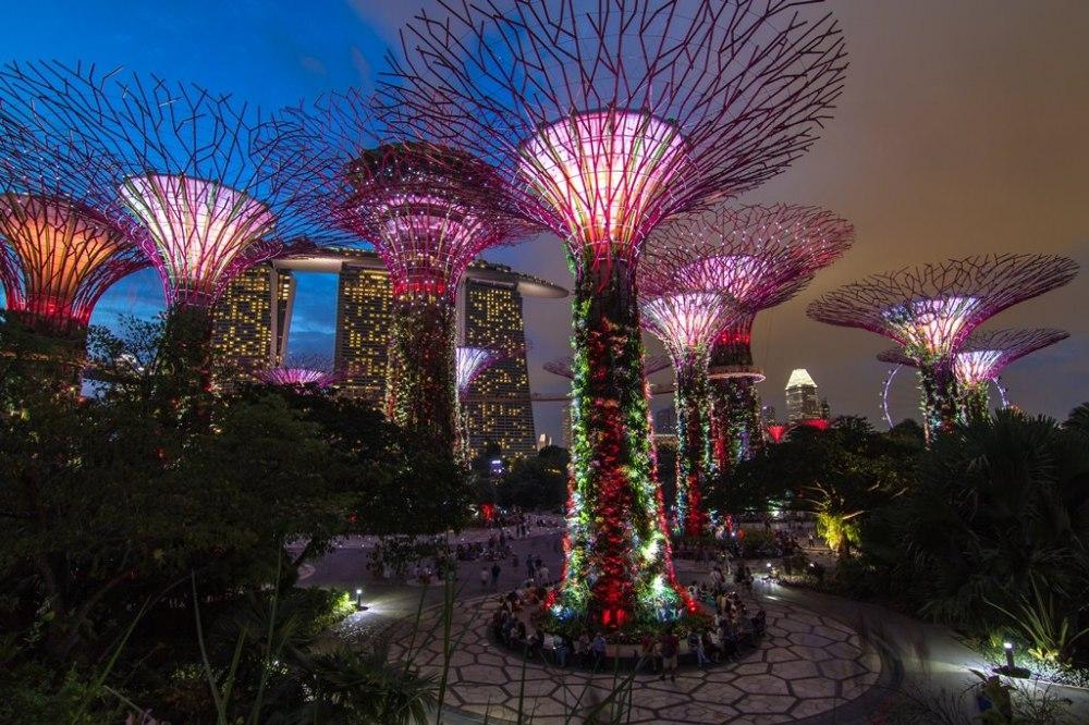 """Екскурзия Нова година 2021 в Сингапур - градът на бъдещето  - СИНГАПУР - един от най-подредените градове в света, перлата на Азия, често наричан """"Вратата на Азия'. Място, в което Изтокът среща Запада, а миналото се среща с бъдещето. Това са само част от характеристиките, с които е известен Сингапур. Бързият възход и развитие на Сингапур се дължат преди всичко на неговото местоположение и на превръщането му в една от основните британски колонии в Югоизточна Азия. Като независима държава Сингапур съществува едва от 55 години и в този период се е превърнал в еталон за ред, просперитет и икономическо благоденствие. От самото си създаване, градът е средище на различни култури – китайска, индийска и арабска, които се сливат в една пъстра палитра, създавайки уникалния културен облик на един от най-значимите азиатски градове. Разглеждайки Сингапур, ще бъдете впечатлени от една страна от чудесата на съвременната архитектура, историческите забележителности, които са се запазили, въпреки главоломните темпове на застрояване и от друга страна - спокойствието на неговите жители. С други думи, Сингапур е една уникална смес от европейски просперитет и азиатско спокойствие."""